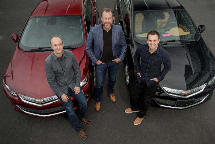 Dan Ammann (centro) Presidente de GM con John Zimmer (derecha) y Logan Green (izquierda), fundadores de Lyft