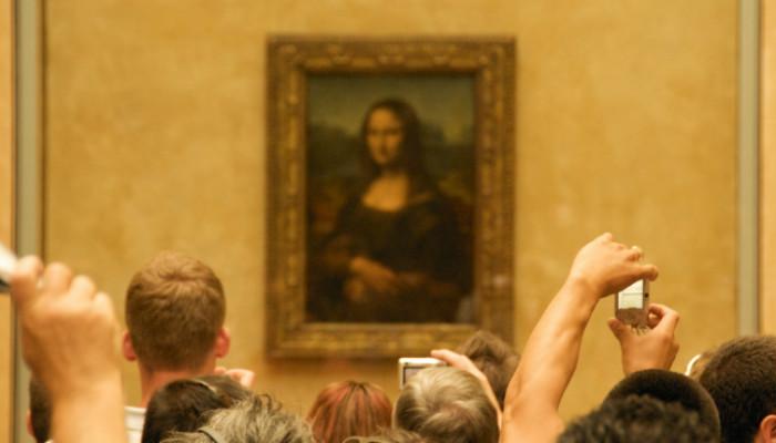 La Gioconda, también conocida como La Mona Lisa, se exhibe en el Museo del Louvre de París.