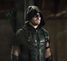 Confirmado, Bruce Wayne existe en el Arrowverse