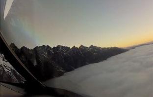 VIDEO: El aterrizaje de un avión comercial a través de un manto de nubes