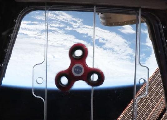 VÍDEO: Relájate viendo cómo un fidget spinner flota en el espacio