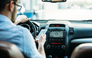 WhatsApp aterriza en Apple CarPlay, ya puedes 'chatear' en el auto