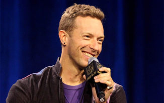 Chris Martin interpreta 'Pretty Woman' en homenaje a Julia Roberts