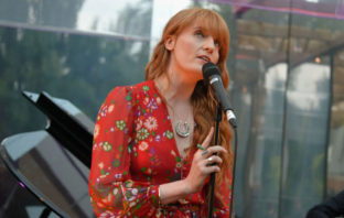 Escucha 'Big God', nueva canción de Florence + The Machine