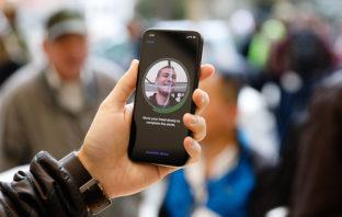 Joven demanda a Apple por error en reconocimiento facial en robos